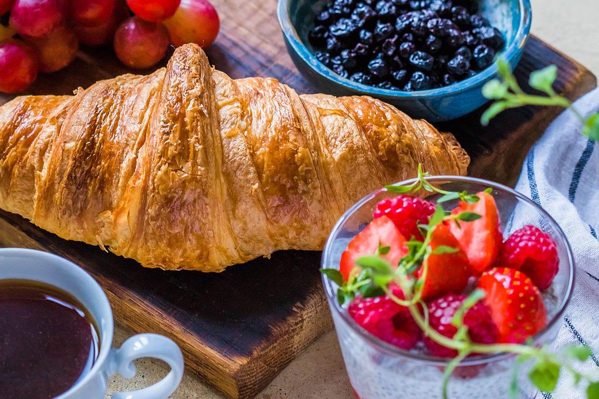 Bei uns ersparen Sie sich den täglichen Weg zum Bäcker. Wir liefern Ihnen auf Wunsch täglich frisch duftende Brötchen, köstliches Gebäck und Produkte vom Bauern direkt ins Haus.