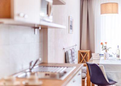 Apartment am Turnersee mit modernen Zirbenmöbel und Eichendielenboden. Küche und Esszimmer